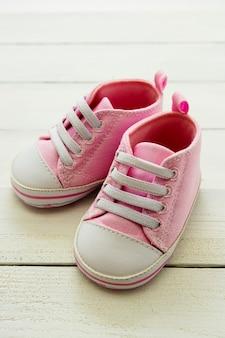 Zapatos de niña rosa, recién nacido, maternidad, concepto de embarazo con espacio de copia.