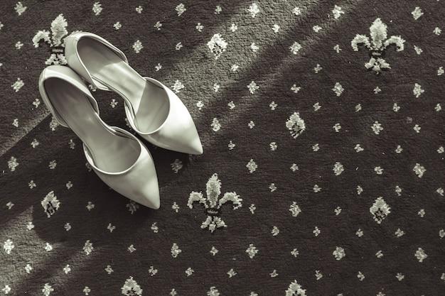 Zapatos de novia en la alfombra