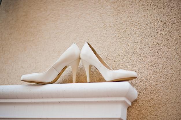 Zapatos de novia novia en la parte delantera de la casa