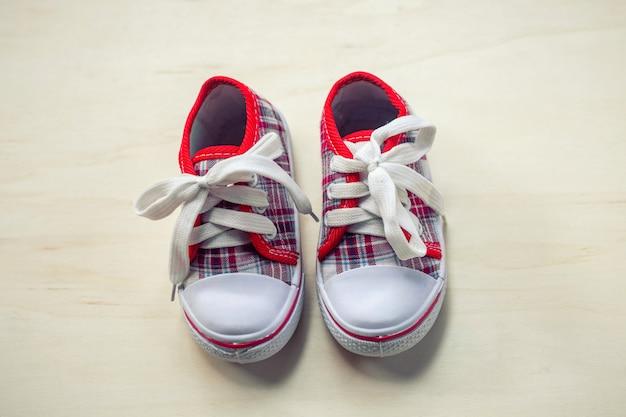 Zapatos o zapatillas para niños o bebés.