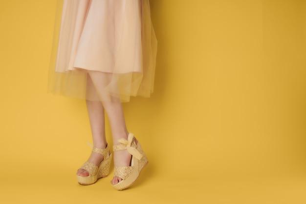 Zapatos de pies femeninos posando estilo de moda de verano