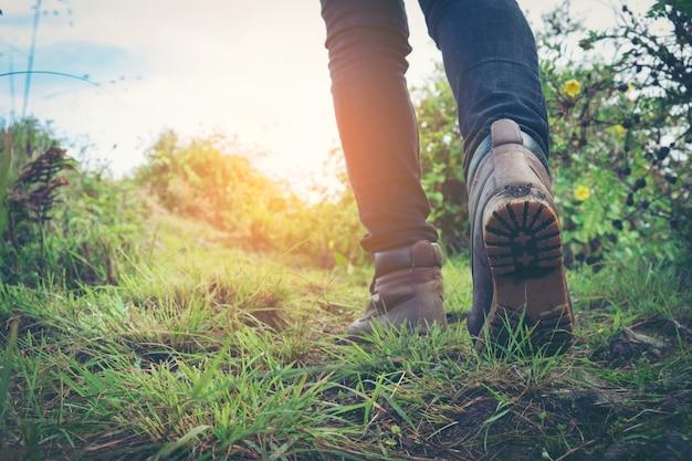 Zapatos de senderismo en acción en un sendero del desierto de montaña. primer plano de zapatos de excursionistas femeninos.