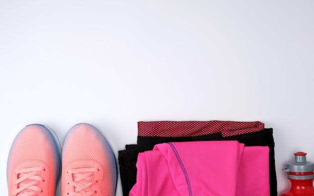 Zapatos textiles de color rosa y otros artículos para hacer ejercicio