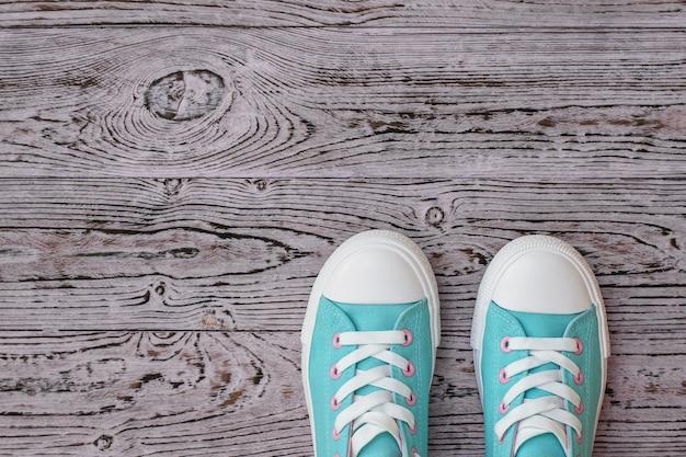 Zapatos turquesa sobre piso de madera