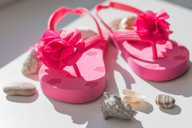 Zapatos de verano rosa para niños.