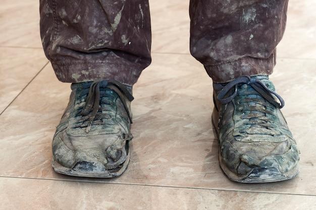 Zapatos viejos, sucios y polvorientos