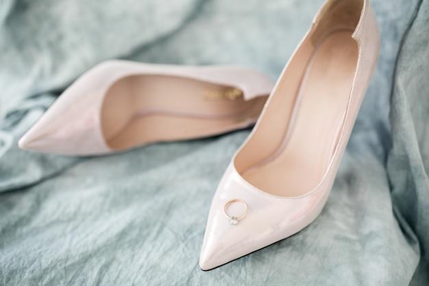 Zapatos y anillos de boda