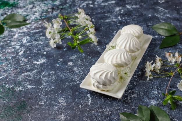 Zephyr blanco, deliciosos malvaviscos con flores de primavera, vista superior