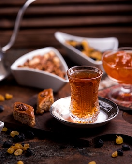 Ð ° zeri baklava con nuez y una taza de té