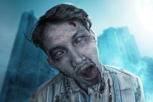 Zombie aterrador con sangre y herida en su cuerpo de pie
