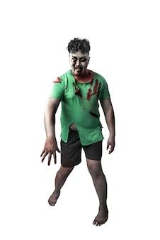 Zombie aterrador con sangre y herida en su cuerpo que se encuentran aisladas sobre fondo blanco.