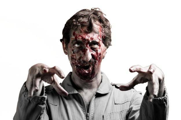 Zombie con los brazos levantados y la boca abierta