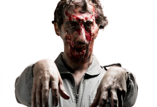 Zombie con los brazos levantados y las manos caidas
