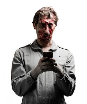 Zombie escribiendo en un teléfono