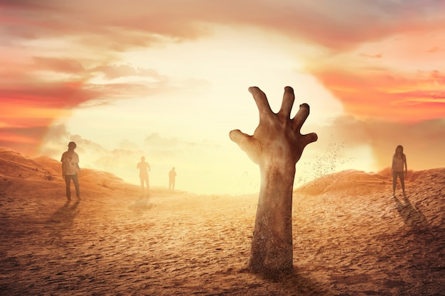 Zombie mano levantándose de la tumba