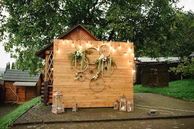 Zona de fotos de madera en una boda con ruedas de bicicleta.