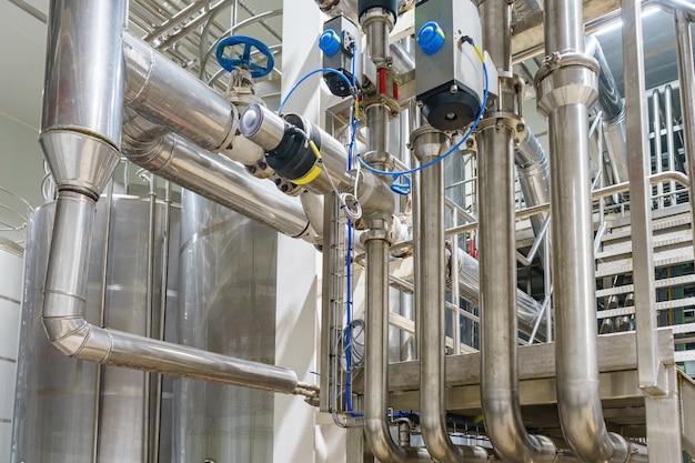 Zona industrial, equipos, cables y tuberías de acero