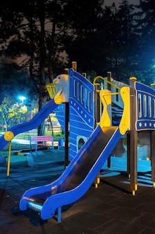 Zona de juegos en un parque por la noche.