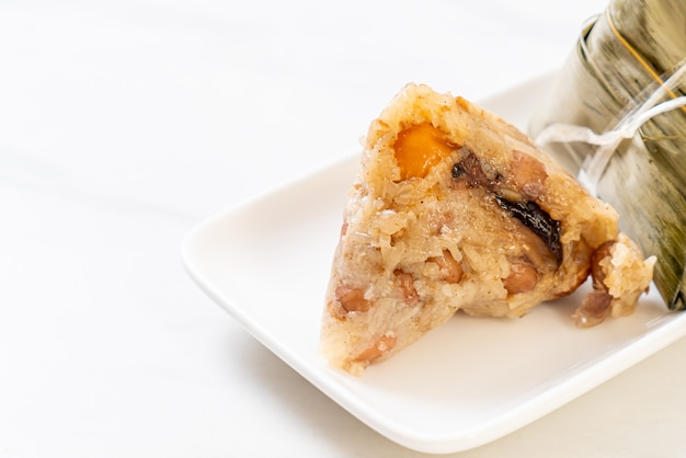 Zongzi o albóndigas de arroz pegajoso chino tradicional