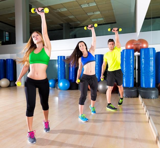 Zumba baile grupo de personas de cardio en gimnasio