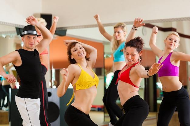 Zumba o jazzdance - jóvenes bailando en estudio