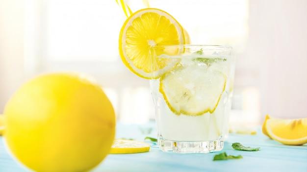 Zumo de limonada agridulce frío, bebidas refrescantes para el verano.