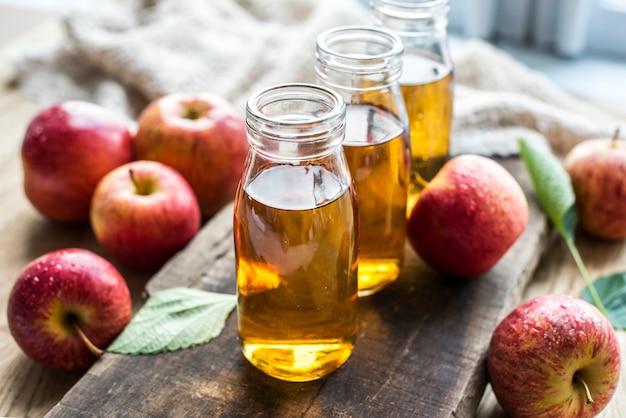 Zumo de manzana fresca cerca de tiro