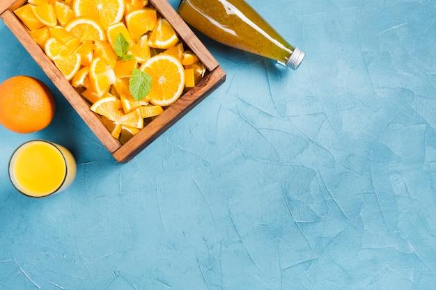 Zumo de naranja y fruta con copia espacio.