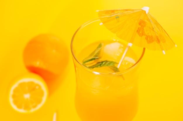 Zumo de naranja con menta en copa huracán.