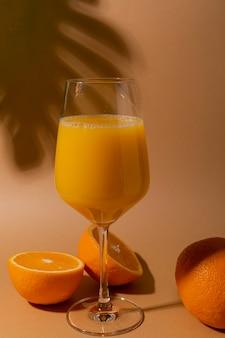 Zumo de naranja natural con pulpa en copa de vino.