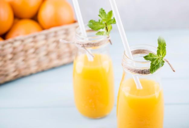 Zumo de naranja orgánico fresco listo para servir