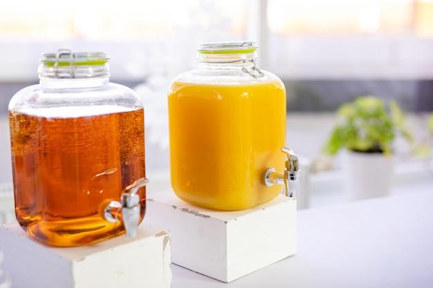 Zumo de naranja en el tarro de albañil en la mesa de madera