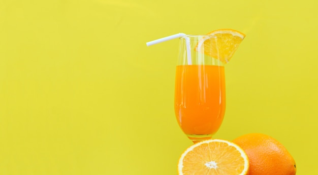 Zumo de naranja vaso de verano con pieza naranja de fruta
