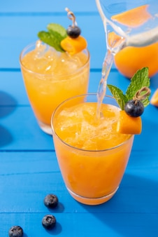 Zumos de naranja cóctel bebidas de verano