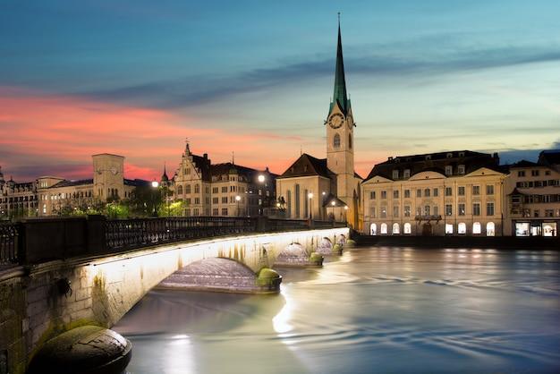 Zurich imagen de zurich, capital de suiza, durante la espectacular puesta de sol.