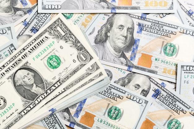 1 banconota in dollari sulle banconote in dollari vista dall'alto del business con copyspace