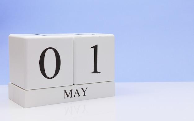 1 maggio 1 ° giorno del mese, calendario giornaliero sul tavolo bianco