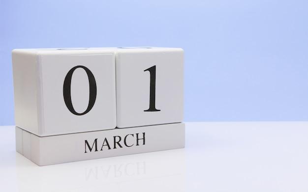 1 marzo giorno 01 del mese, calendario giornaliero sul tavolo bianco.