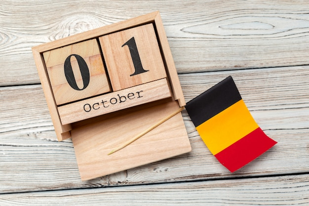 1 ottobre. 1 ottobre sul calendario di legno