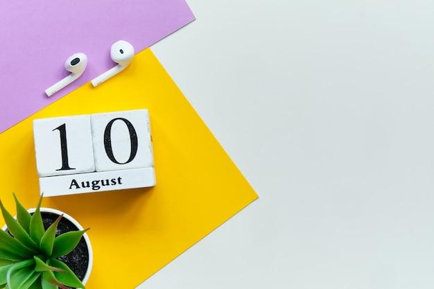 10 agosto - concetto del calendario del mese del decimo giorno sui blocchi di legno con lo spazio della copia
