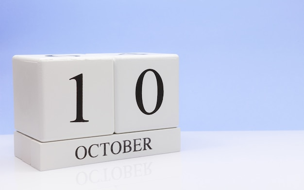 10 ottobre giorno 10 del mese, calendario giornaliero sul tavolo bianco