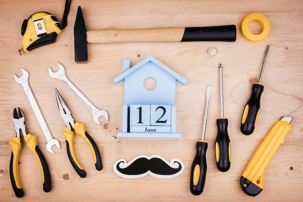 12 giugno - festa del papà. concetto maschile strumenti di riparazione - martello, cacciaviti, chiavi regolabili, pinze. foglio di carta bianca