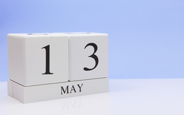 13 maggio giorno 13 del mese, calendario giornaliero sul tavolo bianco