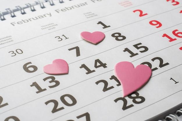 14 febbraio calendario. cuori rossi di concetto di san valentino