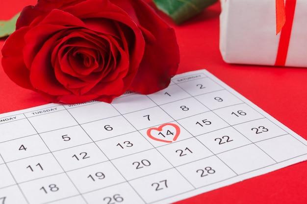 14 febbraio su calendario e decorazioni per san valentino.