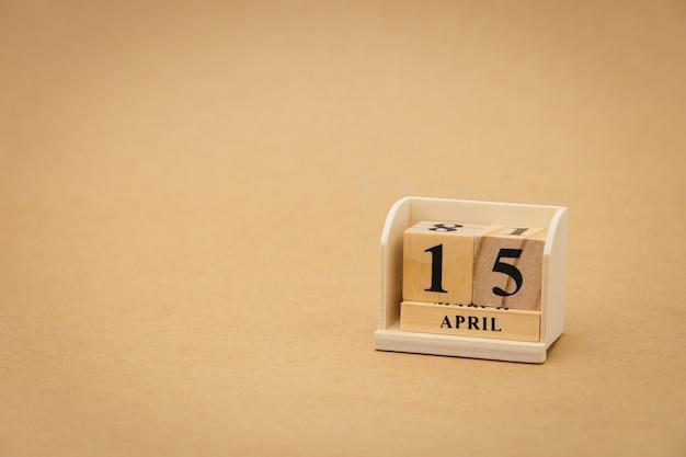 15 aprile: calendario in legno su priorità bassa astratta di legno dell'annata. giornata della salute