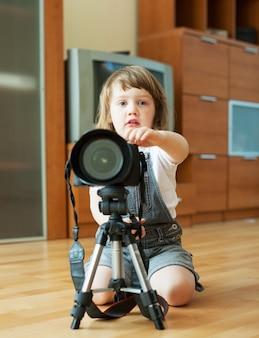 2 anni bambino prende foto
