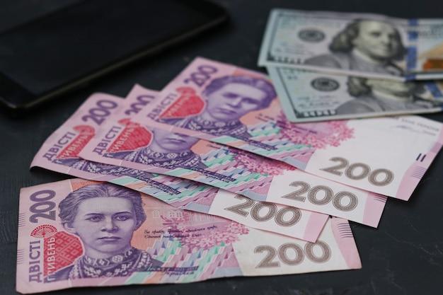 200 grivna ucraina, cento dollari americani e smartphone, soldi