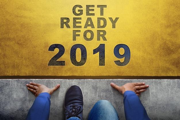 2019 anni di concetto. vista dall'alto di un uomo sulla linea di partenza, preparatevi alla nuova sfida