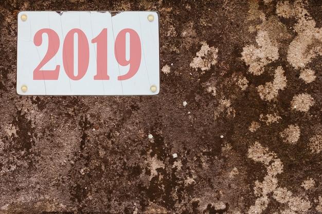 2019 anni sulla targa di immondizia sporca del veicolo sul fondo di lerciume.